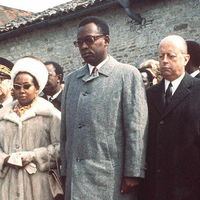 Jacques Foccart [right] alongside Mobutu Sese Seko and his wife, at the grave of Charles de Gaulle in 1971 (AFP / STAFF)