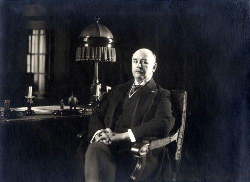 Alfred Rudolf Zimmerman posing behind his desk. Foto Leren.