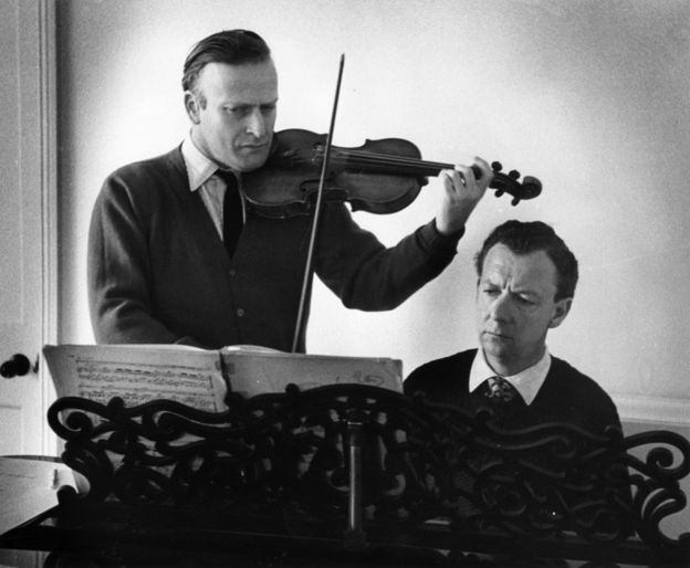 Yehudi Menuhin playing with Benjamin Britten, circa 1955. Getty Images.