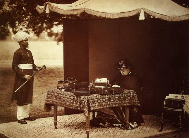 Queen_Victoria_and_her_Indian_servant_Abdul_Karim_in_1893